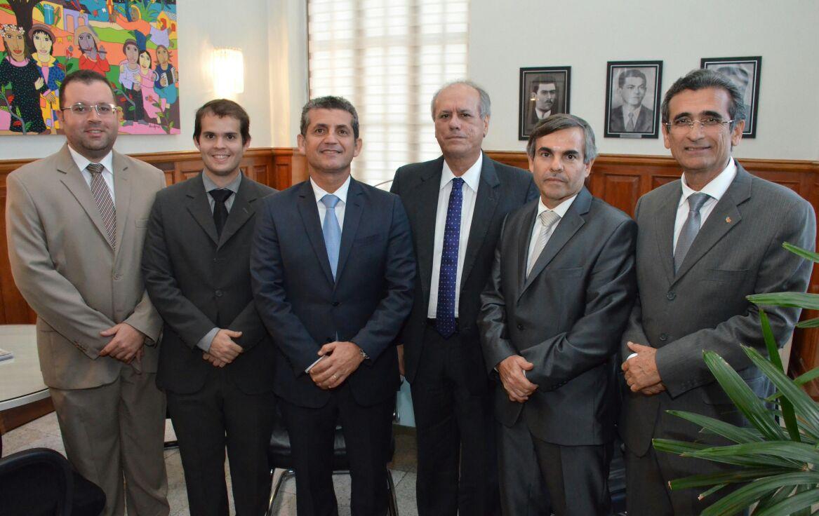 Paulo Maia e Assis Almeida visitam vice-presidente do TJPB e discutem parcerias entre as duas Instituições