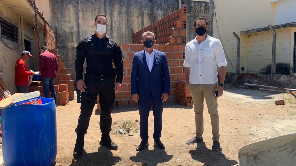 Paulo Maia e Felipe Mendonça inspecionam obras da Sala da Advocacia do presídio PB1